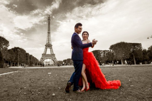 Romantic photos with TripShooter destination photographer in Paris with Eiffel Tower