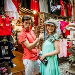 Didier Ours TripShooter Vacation Photographer in Nice France - funny couple photos shopping on holidays