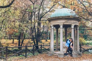 Romantic photoshoot in Italy park by Milan photographer Alessandro Della Savia