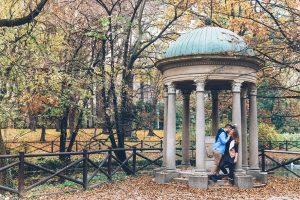 Romantic photoshoot in Italy park by Milan photographer Alessandro Della Savia