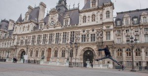 Girl dancing at Paris Hotel de Ville - by vacation photographer in Paris, TripShooter