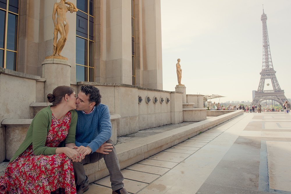 Honeymoon in Paris - couple kissing at Trocadero