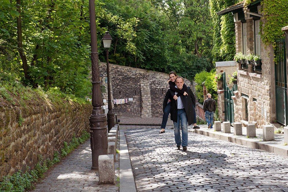 Cute couple portrait in Montmartre street by Paris photographer Jade Maitre for TripShooter