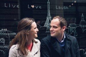 Romantic Paris portrait with cute sign by Paris photographer Jade Maitre for TripShooter