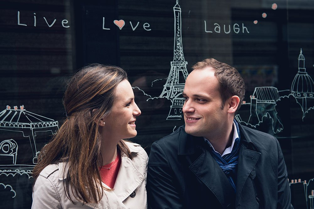 Romantic Paris portrait with cute sign by Paris photographer Jade Maitre for TripShooter