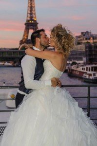 Paris wedding couple kiss by Pierre Turyan, TripShooter Paris Photographer