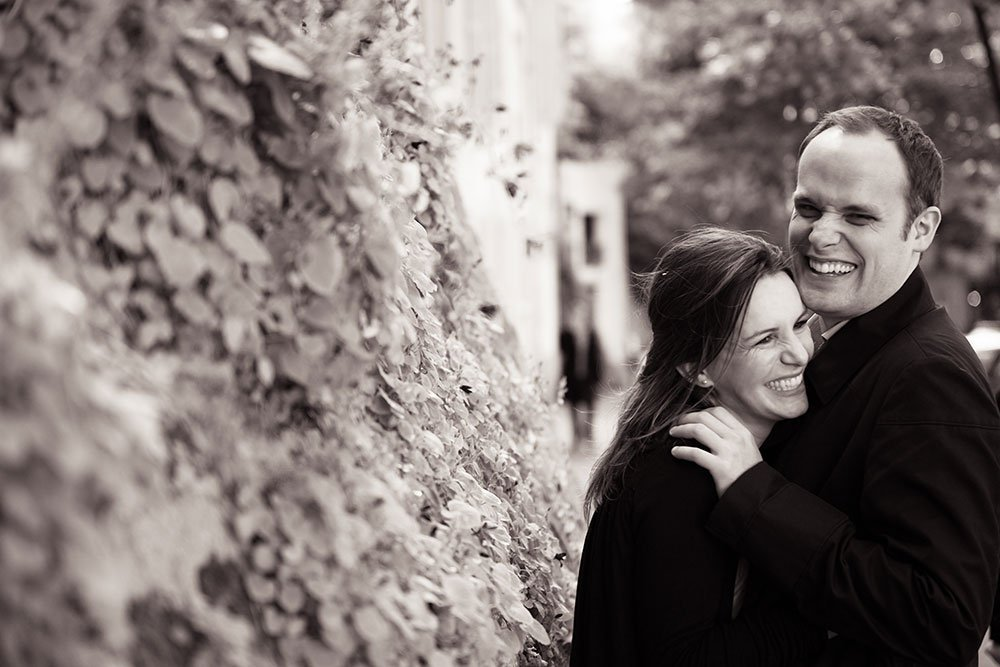 Laughing couple in love in Montmartre, by Paris photographer Jade Maitre