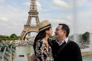 Couple photo at the Eiffel Tower by Paris photographer Pierre Turyan for TripShooter