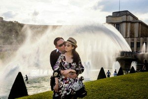 Romantic couple kissing at Trocadero by Paris photographer Pierre Turyan for TripShooter