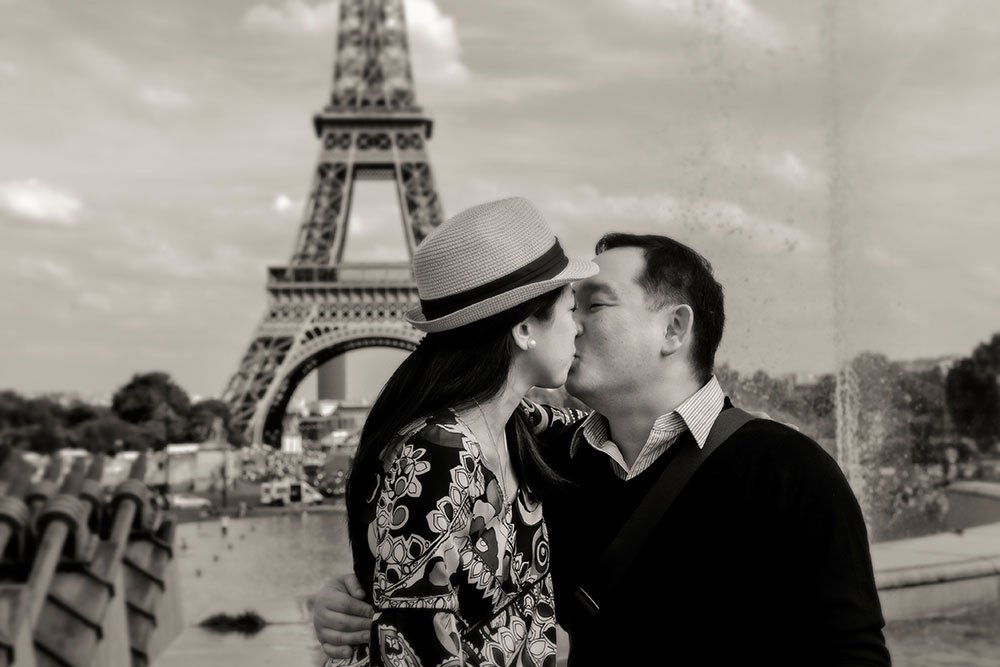 Couple kissing in front of Eiffel Tower, by Paris photographer Pierre Turyan for TripShooter