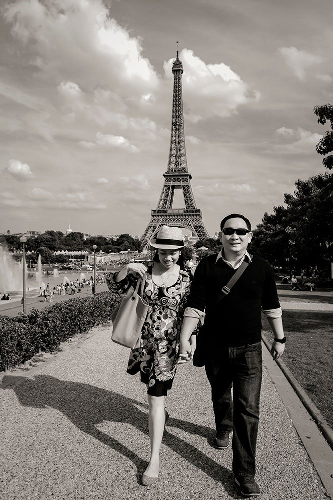 Beautiful couple photo at Trocadero fountains by Paris photographer Pierre Turyan for TripShooter
