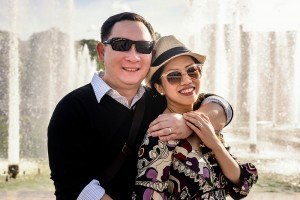 Couple photos at Trocadero fountains by Paris photographer Pierre Turyan for TripShooter