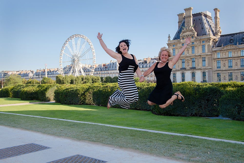 Mother and daughter jumping portrait at Tuileries by Paris photographer Jade Maitre for TripShooter
