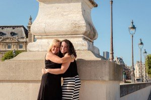 Hugging mother and daughter in Tuileries gardens by Paris photographer Jade Maitre