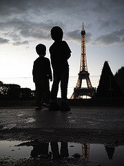 Photo of children with silhouette of Eiffel Tower by Paris photographer Jade Maitre