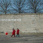 Photo of twins and ball at Tuileries by Paris photographer Jade Maitre