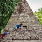 Photo of kids climbing pyramid in the Parc Monceaux by Paris photographer Jade Maitre