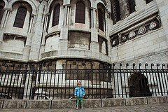 Photo of small boy at the back of the Sacre Coeur by Paris photographer Jade Maitre