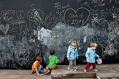 Photo of kids playing with big chalkboard at Les Berges by Paris photographer Jade Maitre