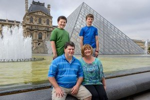 Family photoshoot at Louvre pyramid by TripShooter Paris photographer Pierre