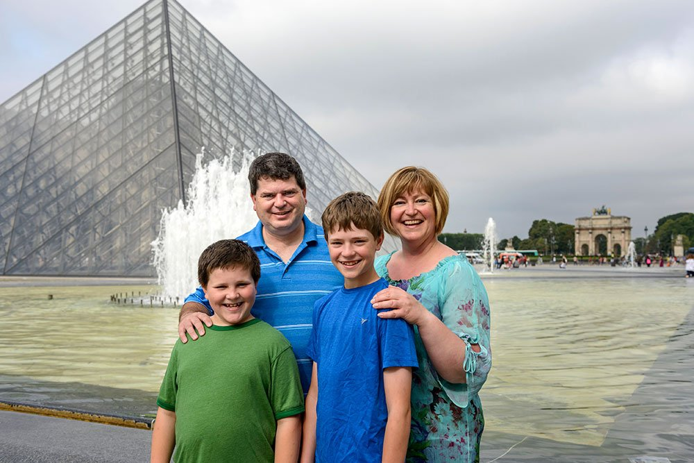 Family photo shoot at Louvre in Paris by TripShooter Paris photographer Pierre
