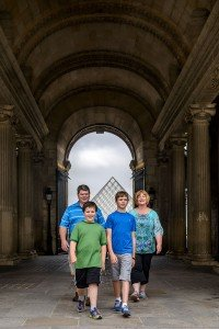 Family photos at the Louvre by TripShooter Paris photographer Pierre