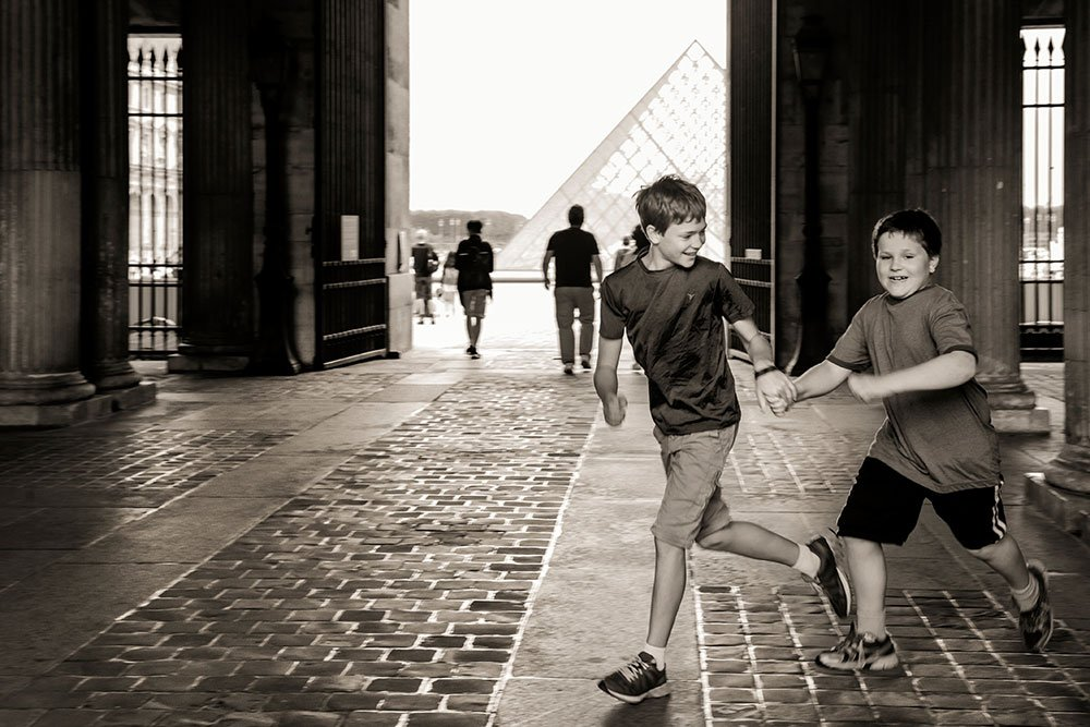 Boys running through Louvre by TripShooter Paris photographer Pierre