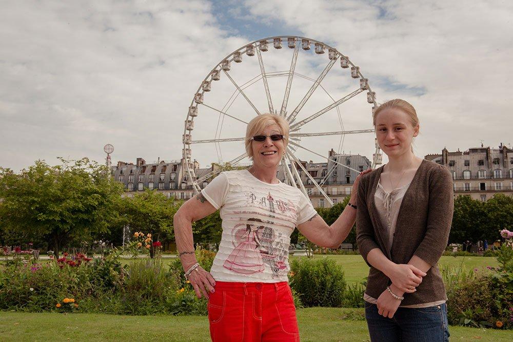 Paris portrait mother and daughter at La Grande Roue de la Concorde by Paris photographer Jade Maitre