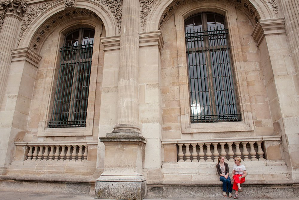 Girls talking on vacation at the Louvre, by TripShooter Paris photographer Jade Maitre