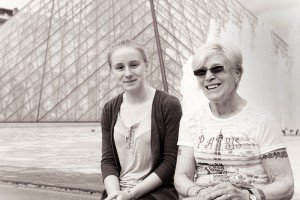 Beautiful photo portrait of mother and daughter on Paris vacation by Paris photographer Jade Maitre