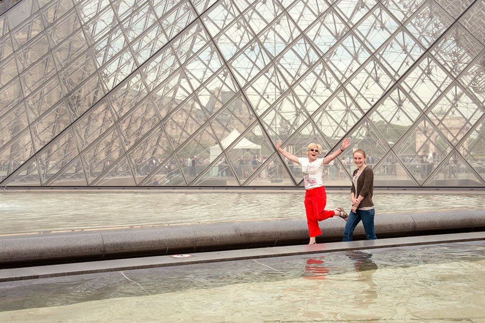 Paris vacation photos at Louvre pyramid by Paris photographer Jade Maitre