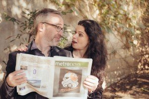 Funny photos in Paris of couple with newspaper by Paris photographer Jade Maitre