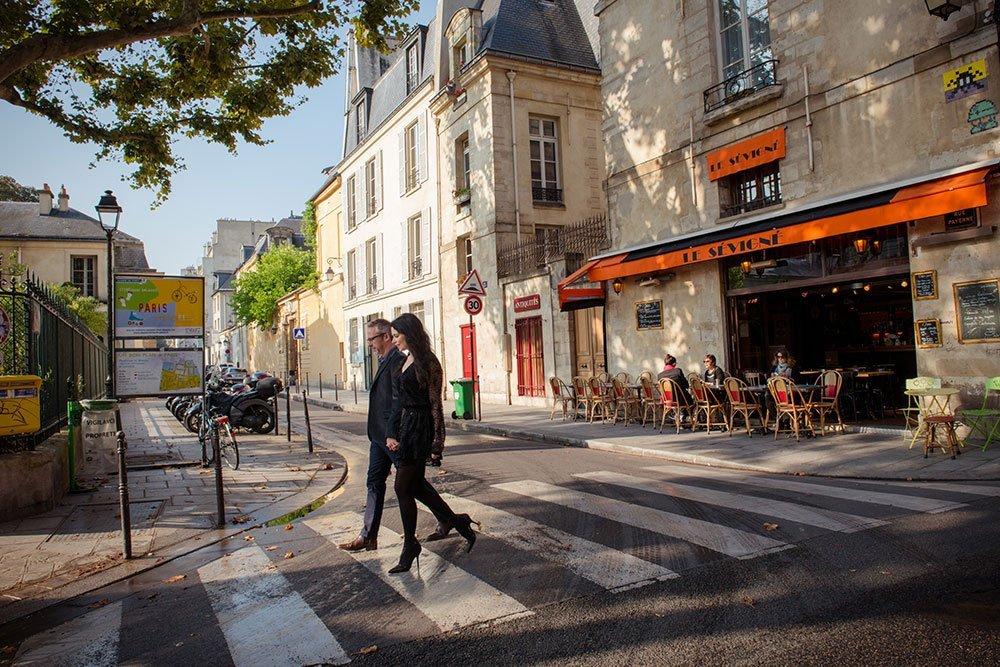 Couple explore Paris in Marais photoshoot, by TripShooter Paris photographer Jade Maitre