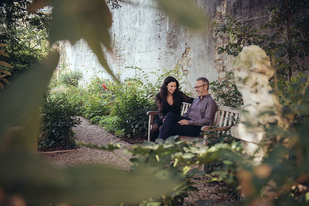 Romantic photos in Paris gardens by TripShooter Paris photographer Jade Maitre