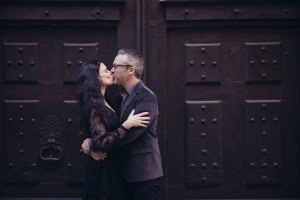 Romantic couple kissing in Paris Le Marais by TripShooter Paris photographer Jade Maitre