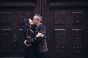 Romantic couple kissing in Paris Le Marais by TripShooter Paris photographer Jade Maitre