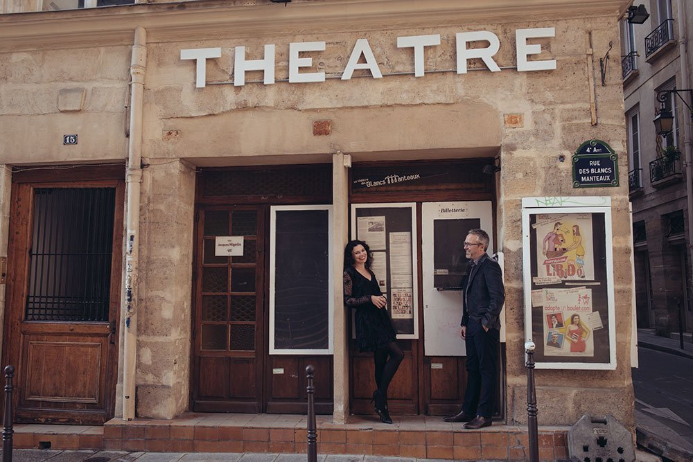 Photoshoot of couple outside Paris theatre in Le Marais, by TripShooter Paris photographer Jade Maitre