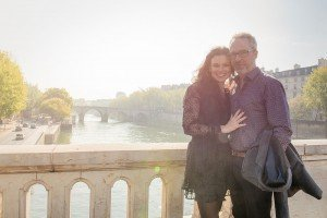 Loveshoots of travelers on Paris bridge by TripShooter Paris photographer Jade Maitre