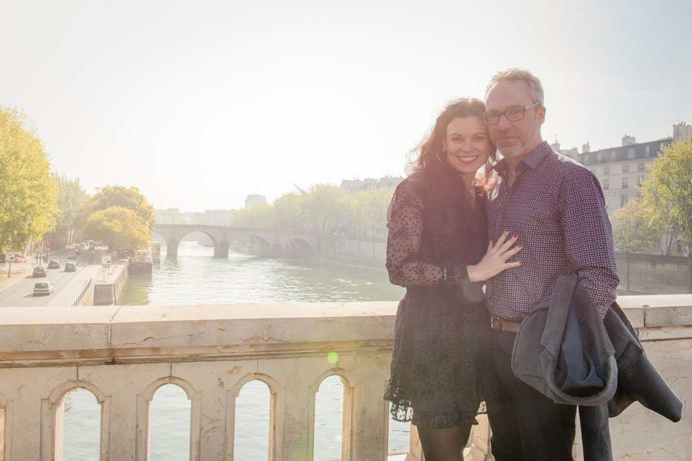 Loveshoots of travelers on Paris bridge by TripShooter Paris photographer Jade Maitre