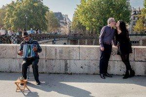 Romantic Paris photos at Notre Dame by TripShooter Paris photographer Jade Maitre