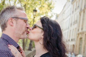 Loving couple kiss on Paris photoshoot, by TripShooter Paris photographer Jade Maitre