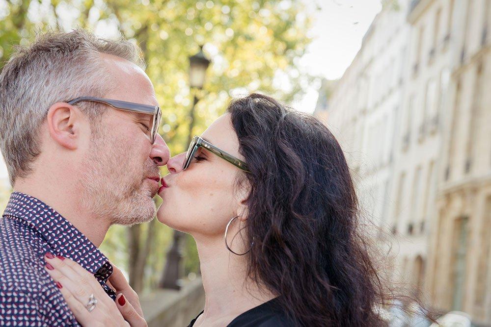 Loving couple kiss on Paris photoshoot, by TripShooter Paris photographer Jade Maitre