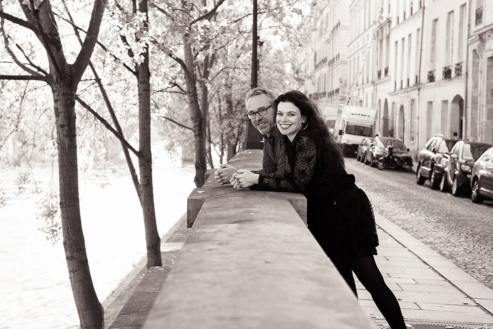 Romantic photo session by the Seine, by TripShooter Paris photographer Jade Maitre