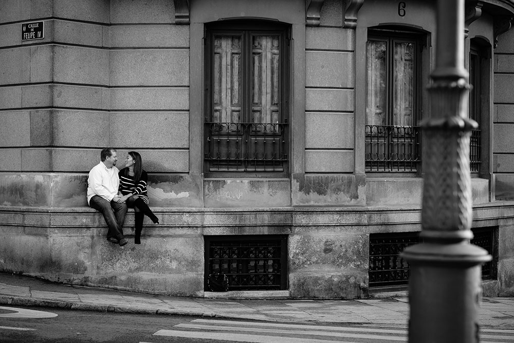 Romantic photo of couple in city, by TripShooter Madrid Photographer Ludovic Magnoux