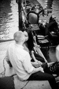 Couple kiss by gondola in Venice by TripShooter Venice photographer Selene Pozzer