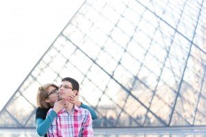 Couple kissing at the Louvre, by Eric Gaudard TripShooter Paris photographer