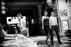 Destination photography with stylish couple at markets, by TripShooter Budapest photographer Melinda Guerini Temesi