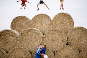 Fun couple loveshoot in haystacks, by TripShooter photographers in Warsaw, Diana and Rafal Krasa