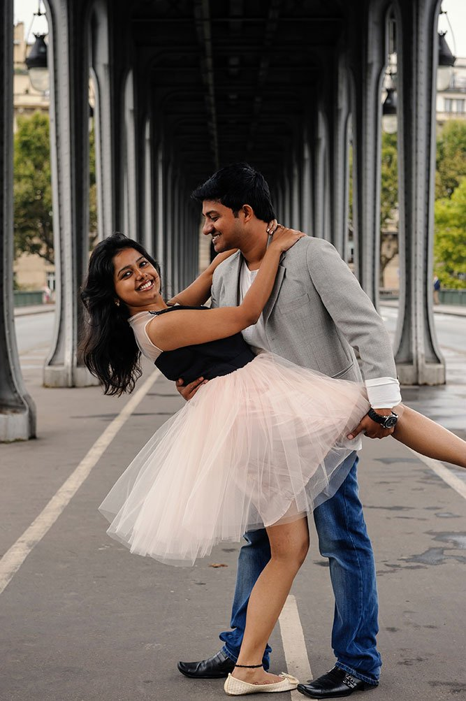 Happy couple portraits at Bir Hakeim bridge by TripShooter Paris photographer Pierre Turyan