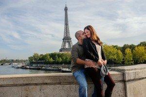 Romance in Paris as couple embrace at Bir Hakeim, photo by TripShooter's Paris photographer Pierre Turyan